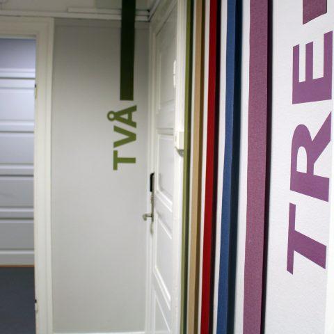 Korridor med dörrar till olika konferensrum