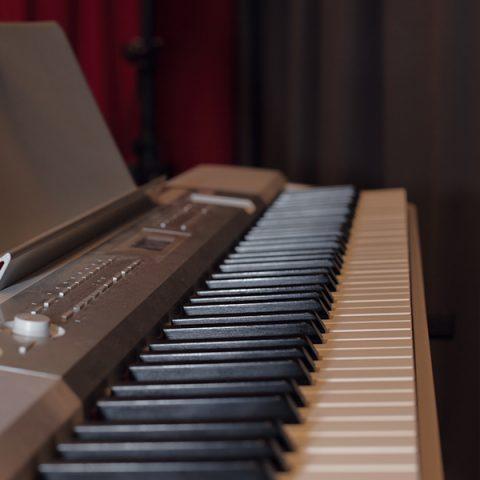 Närbild på piano