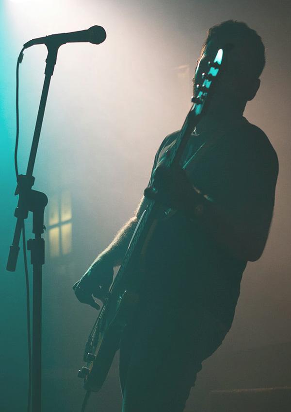 Man på scen som spelar gitarr