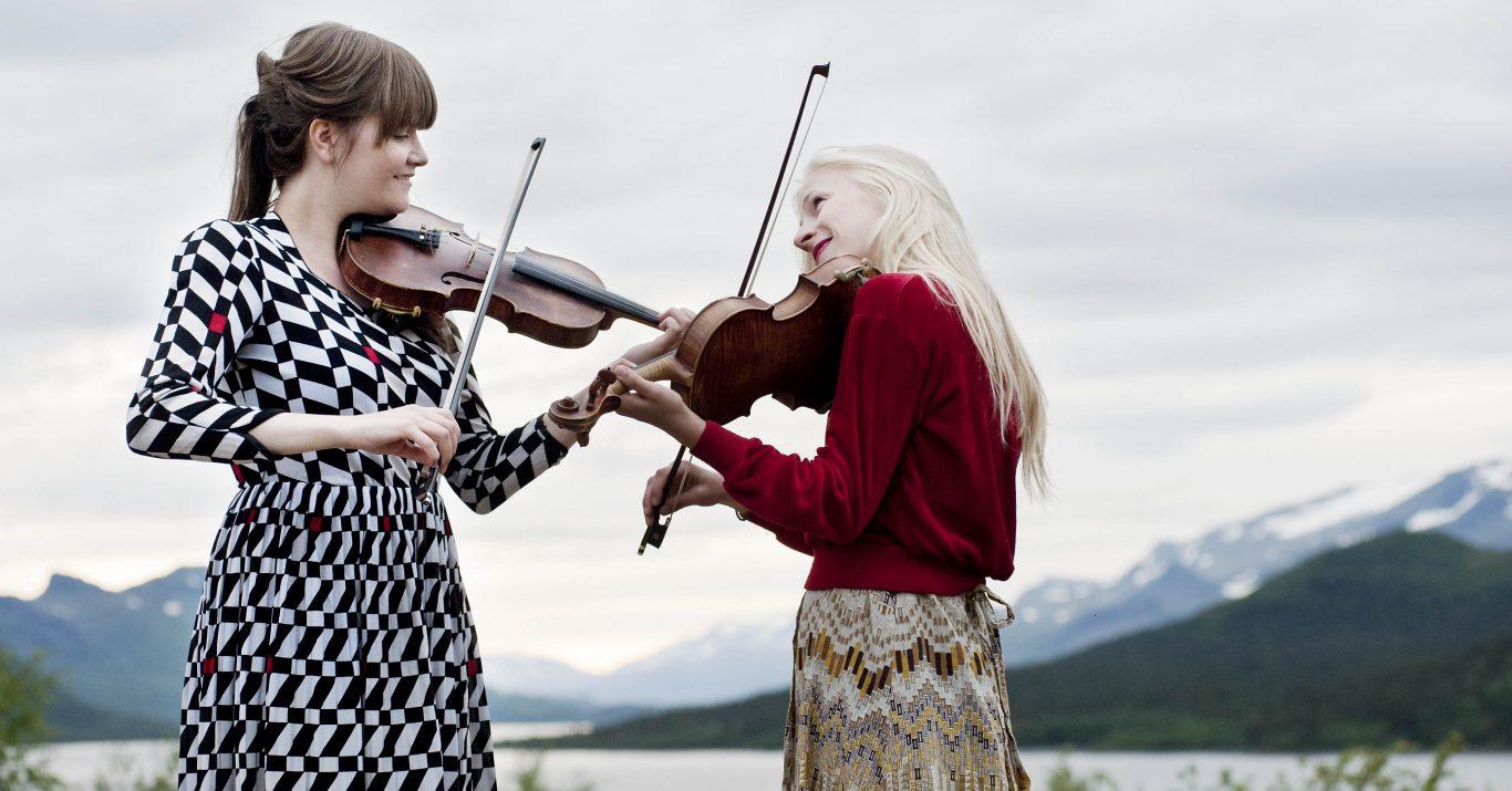 Två kvinnor som spelar fiol