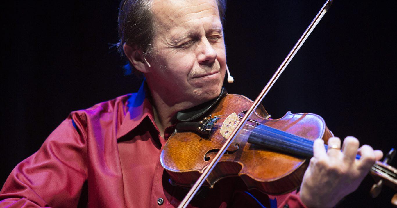 Man som spelar fiol