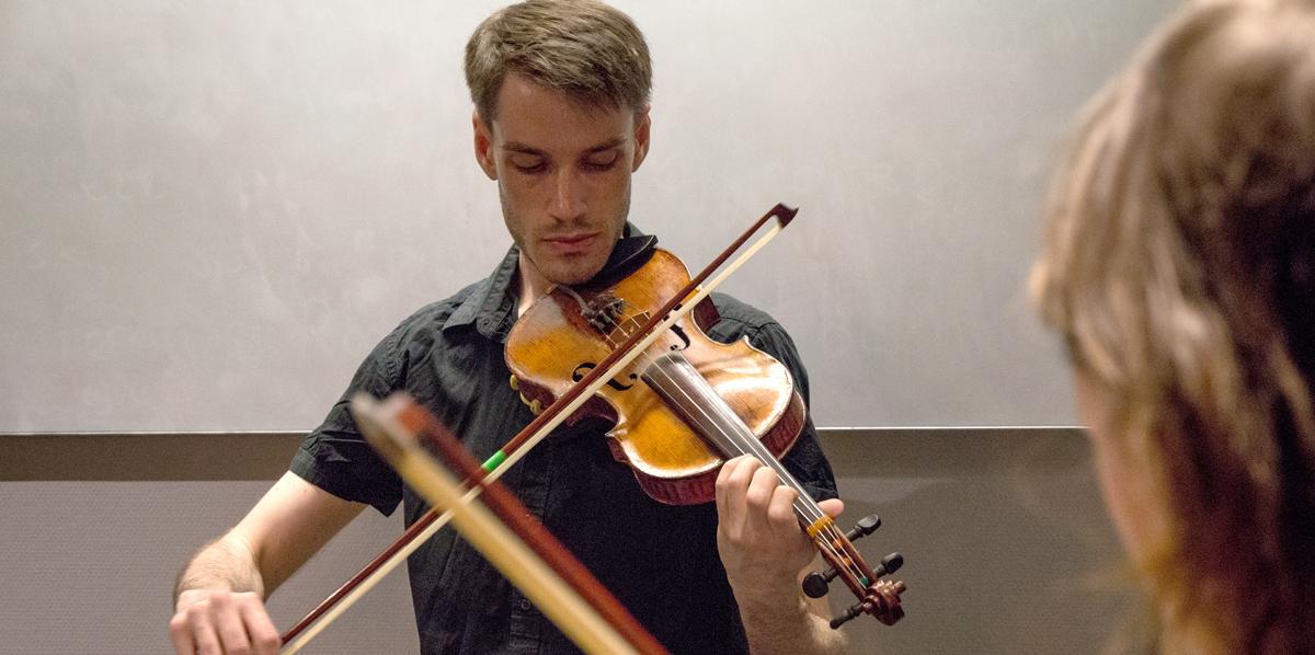 Jon Antonsson spelar fiol