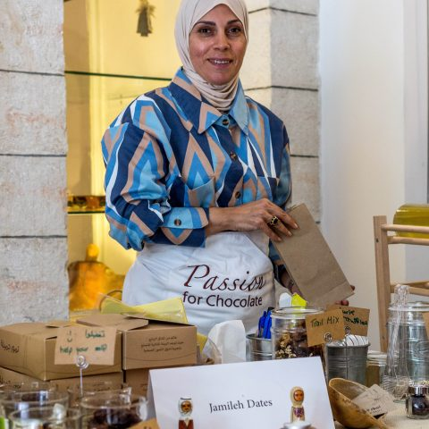 kvinna som säljer produkter