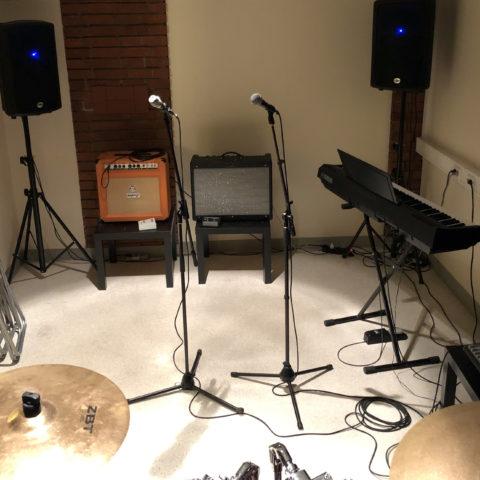 instrument och förstärkare i en replokal