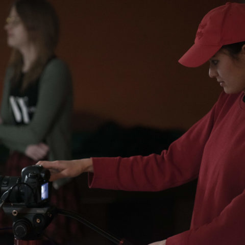 tjej som spelar in med kamera
