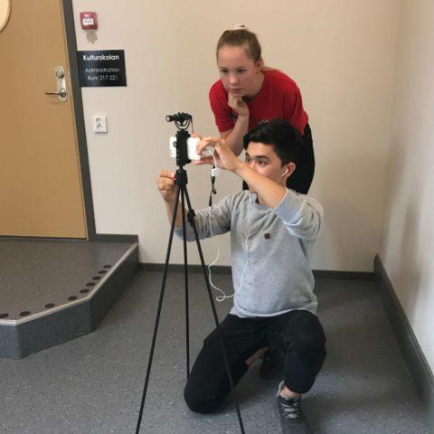 tjej och kille som spelar in med kamera
